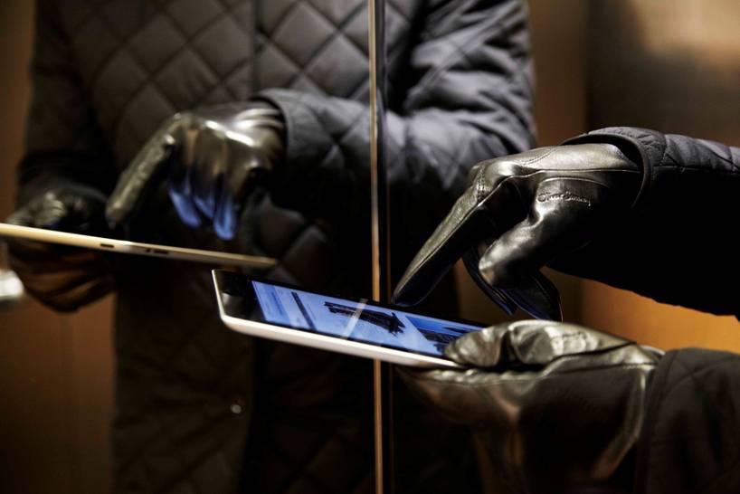 luot-smartphone-voi-gang-tay-da-cam-ung