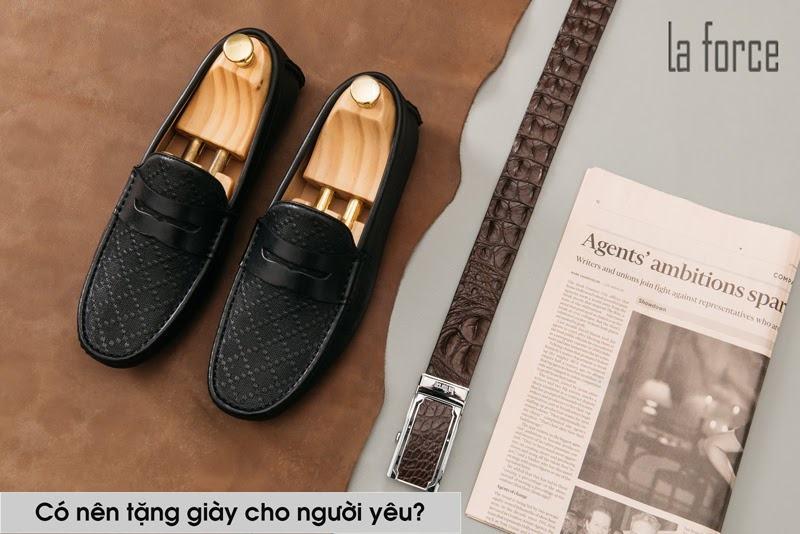 tặng giày cho người yêu