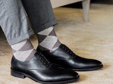 Giày đen đi tất màu gì? Có nên giày đen đi tất trắng không?
