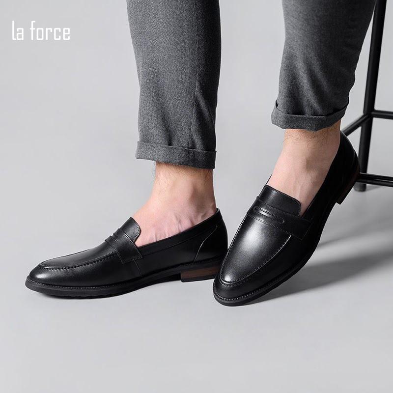 giày đen tất trắng có hợp không