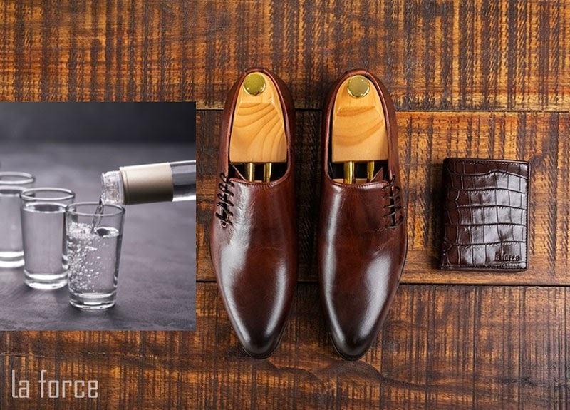 làm mềm giày da bằng rượu