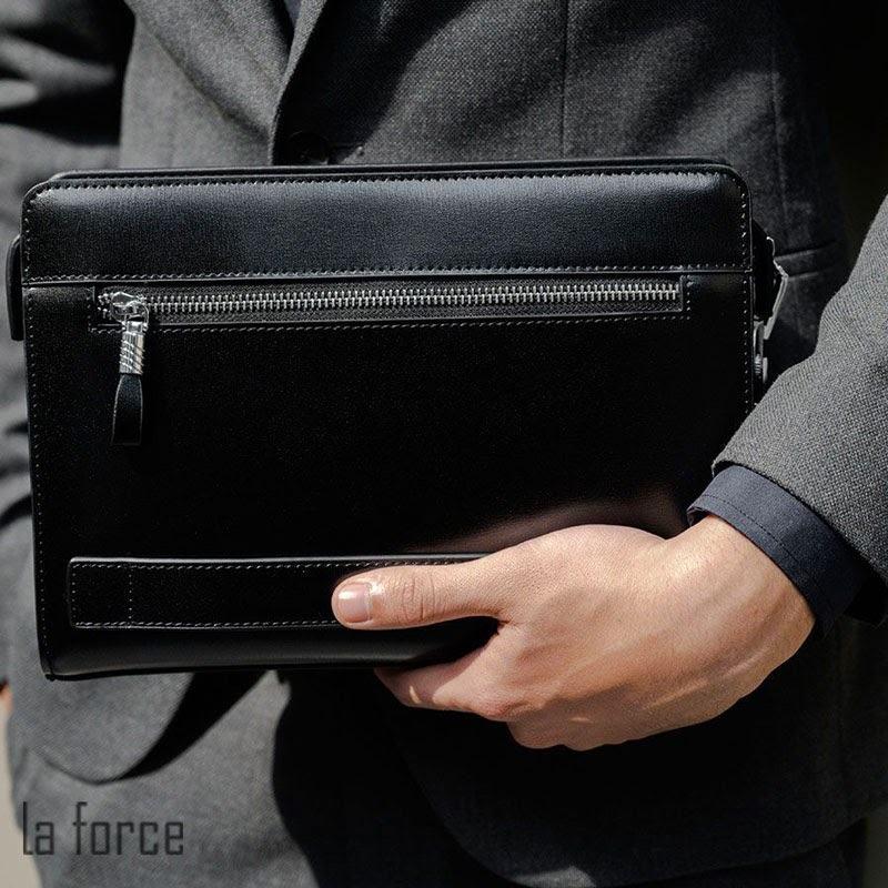 ví cầm tay mặc với vest
